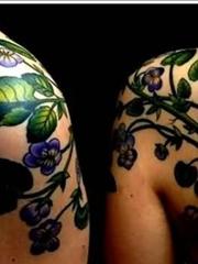 情侣肩膀同款蜜蜂和植物纹身图片