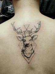 脊椎部几何小鹿一起的黑灰纹身图案