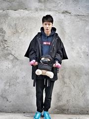 張丹峰穿兒子同款潮服賣萌 父子幸福撞衫