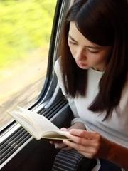 高圆圆安静看书 美得毫不费力