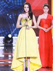 迪丽热巴一身黄色长裙出席
