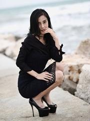 Angelababy室外黑裙高跟优雅写真
