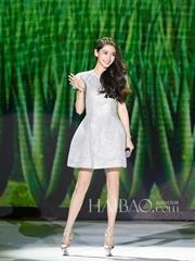 AngelaBaby身着白色连衣短裙