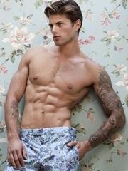 纹身花臂肌肉男