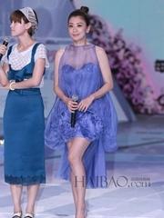 贾静雯身着蓝色透视连衣裙