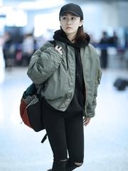 刘芸素面朝天穿飞行员夹克现身机场