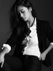 刘芸黑白写真魅力十足 展职场女性自信迷人