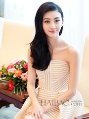 景甜身着白色抹胸连身短裙