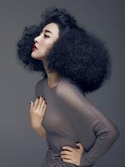 贾青写真薄衫缠身性感激凸 夸张造型时尚迷人