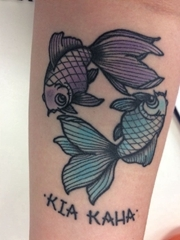 雙手前臂上的經典傳統風格紅心和金魚紋身圖片