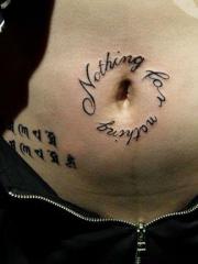 腹部唯美的英文字母和梵文纹身图案