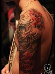 男生手臂经典的骷髅与彼岸花纹身图案