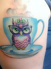 大臂上一款茶杯猫头鹰纹身图案