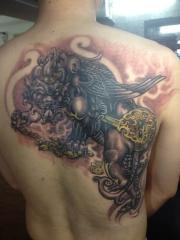 男士背部彩绘貔貅纹身图案