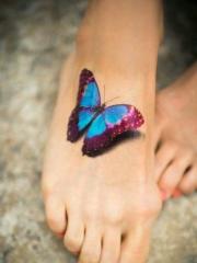 时尚女孩脚背上逼真的3d蝴蝶纹身刺青