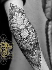手臂上精美的黑色装饰风格曼陀罗纹身图案来自柯克