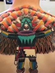 男性后背跳舞的彩色老鹰纹身图片