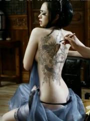 明星戚薇男人装性感龙纹身图案