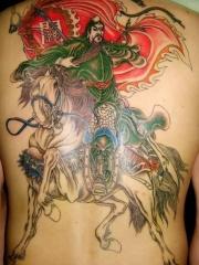 男性后背彩绘战马关公图案纹身