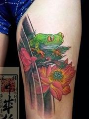 大腿上的青蛙和荷花纹身图片