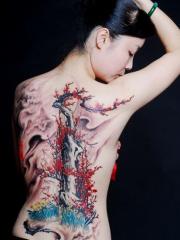 女孩滿背漂亮的梅花風景紋身