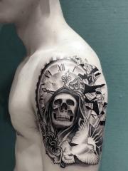 个性男孩手臂骷髅与时钟鸽子纹身图案
