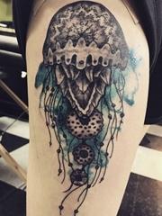 大腿上泼墨风格纹身海洋里的黑色水母纹身图片