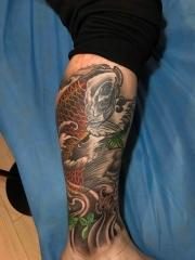 包小腿傳統鯉魚浪花楓葉紋身圖案帥氣十足