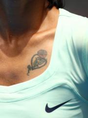 运动员李娜胸部心形玫瑰纹身图案