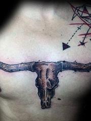 男性胸前霸气的大牛头纹身图案
