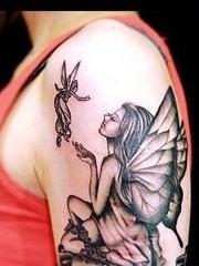 手臂上的精灵纹身图案