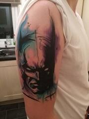 男子右手大臂膀上帅气的水彩蝙蝠侠肖像纹身图片