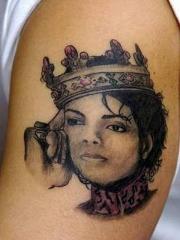 手臂致敬带皇冠的迈克杰克逊头像纹身图案