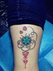 潮流雅观的靓女腿部彩色花蕊爱心纹身