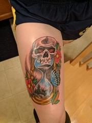 小腿上漂亮的花朵蝴蝶沙漏和骷髅头纹身图片