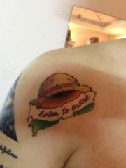 肩部经典的卡通海贼王路飞草帽纹身图案