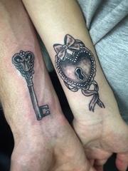 情侶戀人之間代表緊密一起的鑰匙和鎖頭紋身圖案