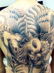 男生威武强悍的背部经典貔貅黑灰纹身图案