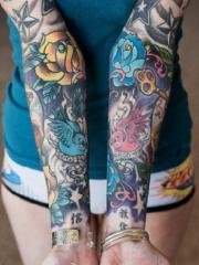 两只手臂彩绘花蕊鸟钥匙纹身图案