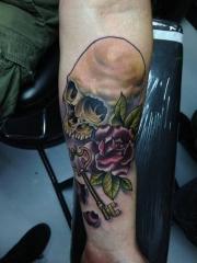 手臂彩绘骷髅玫瑰花钥匙纹身图案