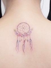 女性身上清新梦幻柔和的水彩纹身图案