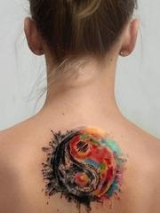 女孩正背上精致的阴阳八卦纹身图案
