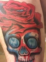 手臂上的红艳玫瑰花骷髅头纹身图片