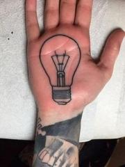 手掌心上个性的电灯泡纹身图案