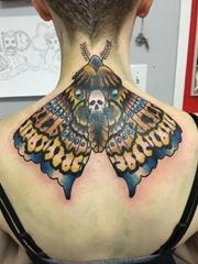 美女后颈部彩色的飞蛾纹身动物图片