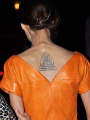 明星张歆艺后背的九塔幸运符纹身