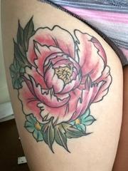 女性右大腿上红色小清新植物纹身牡丹花纹身图片