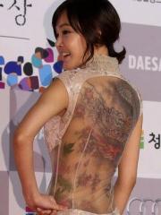 女星金善英裸后背现青龙彩绘纹身