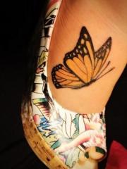 女人脚背一只黄色的彩绘蝴蝶纹身