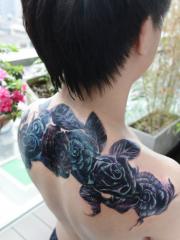 男生妖艳帅气的披肩玫瑰花纹身图案
